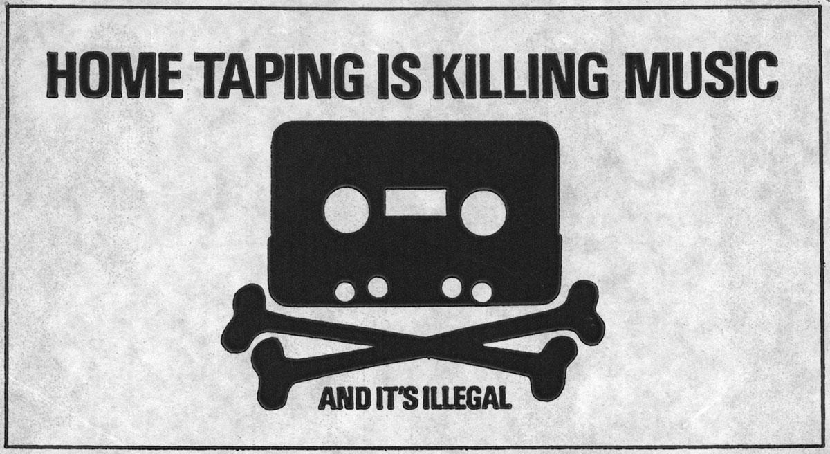 Aufdruck »Home Taping Is Killing Music – And It's Illegal« auf einer Schallplatten-Innenhülle. Das Motiv ist der Schatten einer Audiokassette mit zwei sich kreuzenden Knochen darunter, ähnlich dem Totenkopf-Motiv, das Piraten zugeschrieben wird.
